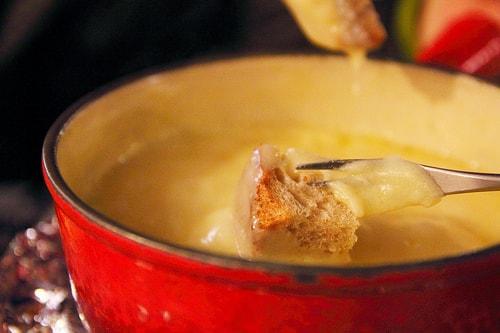 アウトドアでチーズフォンデュパーティ!超簡単レシピやおススメの具を紹介!