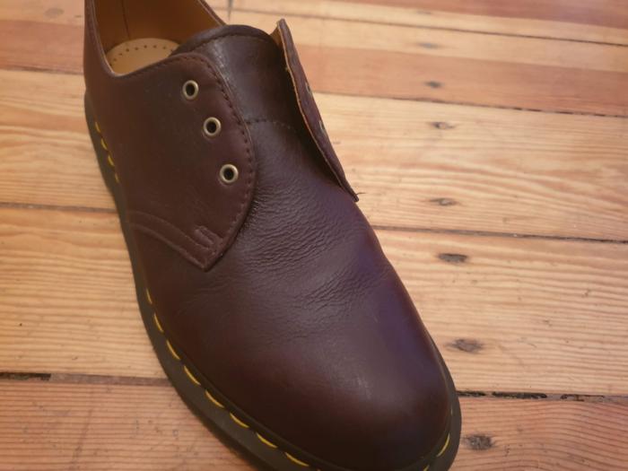 革靴から余分なクリームを拭き取った状態